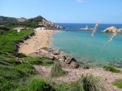 Cala Pregonda, Menorca, pláž s lesknúcim sa pieskom
